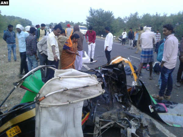 2 dead, 4 injured in a collision between a car and auto near Chowdapur village in Kalaburagi