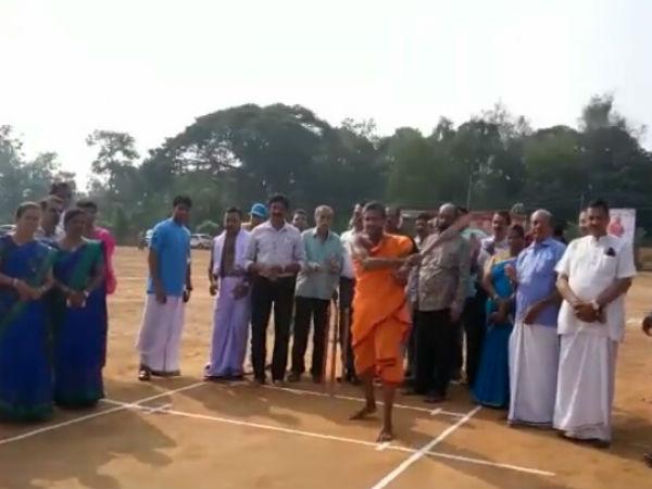Kiriya Swamiji Of Pejavara Mutt Shri Vishwa Prasannathirtha Swamiji Played Cricket