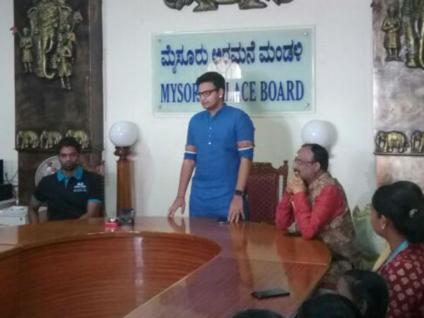 Mysuru King Yaduveer Interacted With Childrens