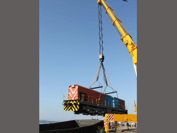 Barge Carries Railway Engine To Vasco From Karwar