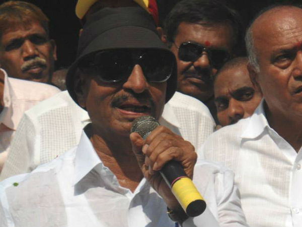 Vatal Nagaraj joins with farmers to protest over Mahadayi