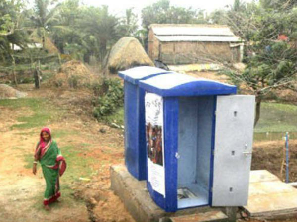 women locks Municipality in order to protest for building toilet