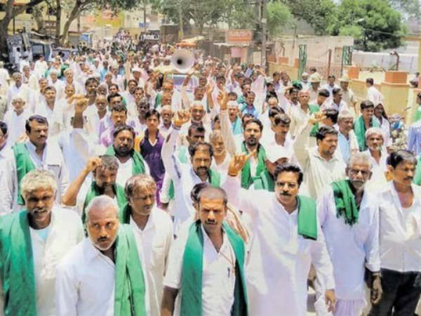 Farmers protest against AC for manhandling a farmer