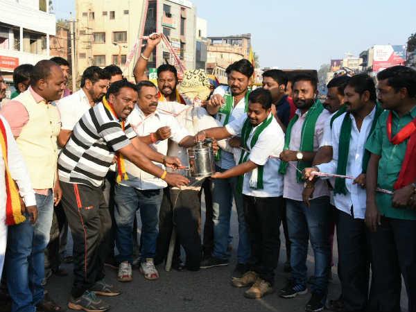 Kannada Activists Attemp Rail Rokho In Hubli