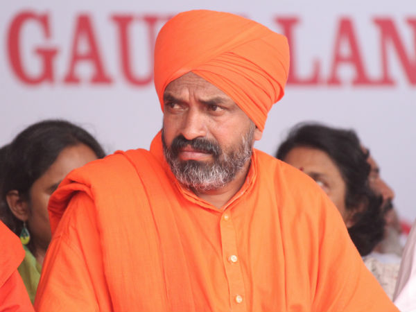 Nijagunananda Swamiji's meal in the Dalit house, sparked against Pajavar Sri