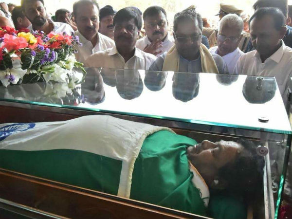 Mysuru: Puttannaiah's last rites with handful of soil