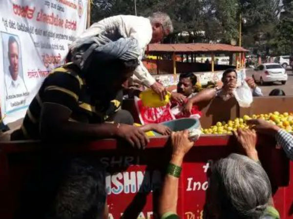 Farmer Distributed Tomato Free Protest Against Price Drop