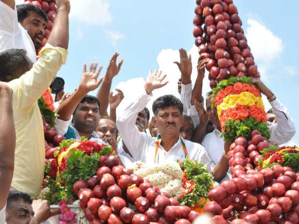 kg Garland Of Apples To Dk Shivakumar In Shrirangapatna