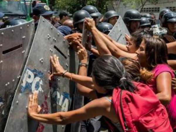 Venezuela Fire 68 Die In Carabobo Police Station Cells
