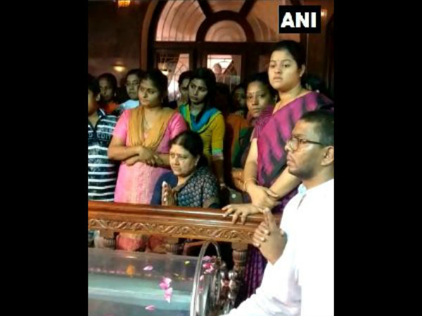 Sasikala reaches Thanjavur for her husbands last rites