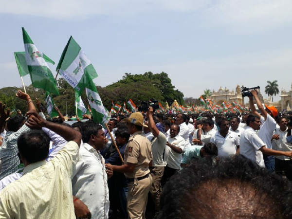 Police Lathi Charge On Congress Party Workers In Mysuru