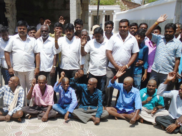 Devanahalli youths shaved their head and offer prayer to God for Siddaramaiah
