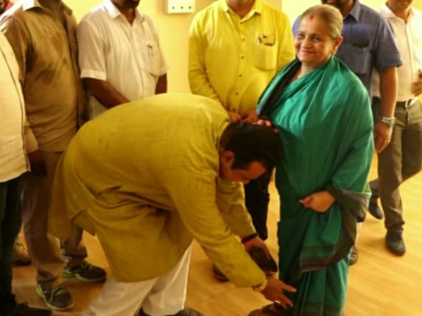 Pramod Madwaraj seeks blessing from Raghupathi Bhats mother