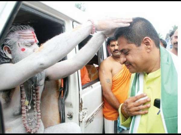 Karnataka Elections Naga Sadhus Meets Kb Prasanna Kumar