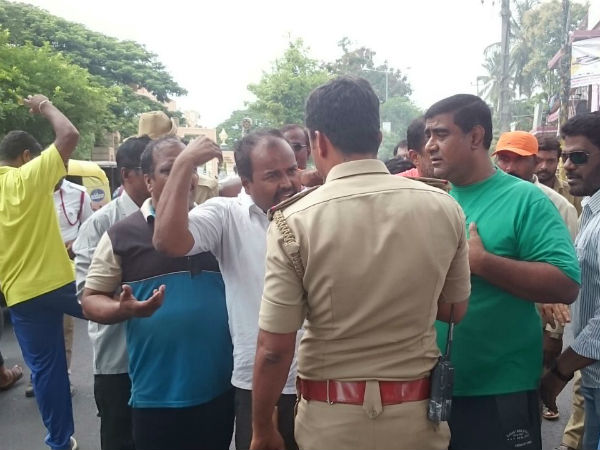In Shivamogga Police Have Warned The Protesters Dont Force To Bandh