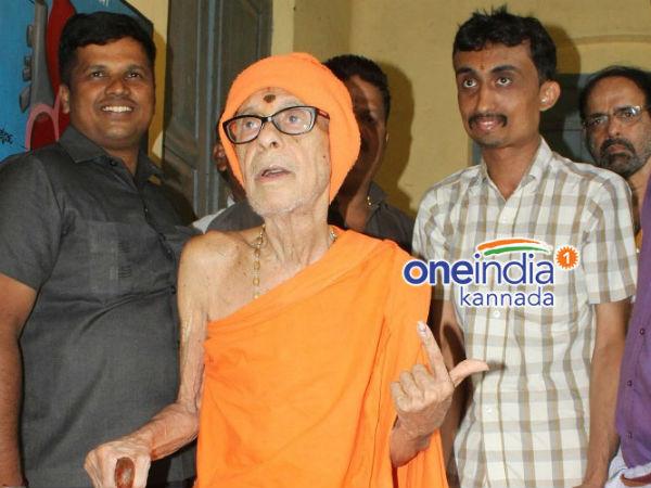 Pejawar Seer Also Came To The Polling Station In Udupi