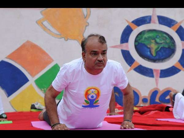 international yoga day: union minister ananth kumar performs yoga