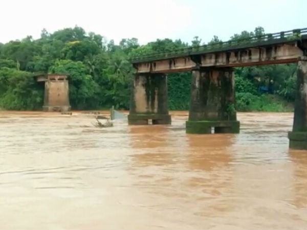 Illegal sand mining lead to collapse Mularpatna bridge?