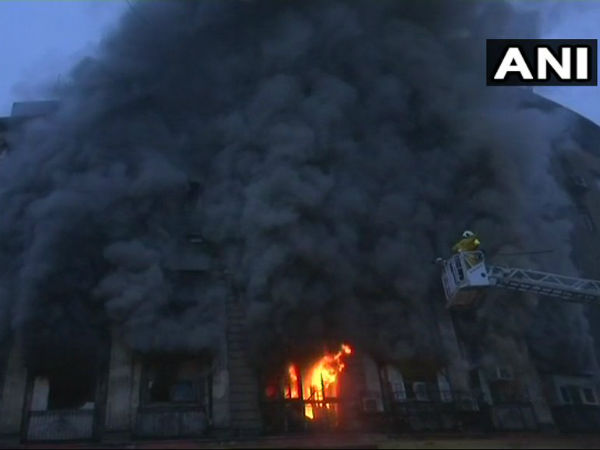massive fire in mumbais fort area building