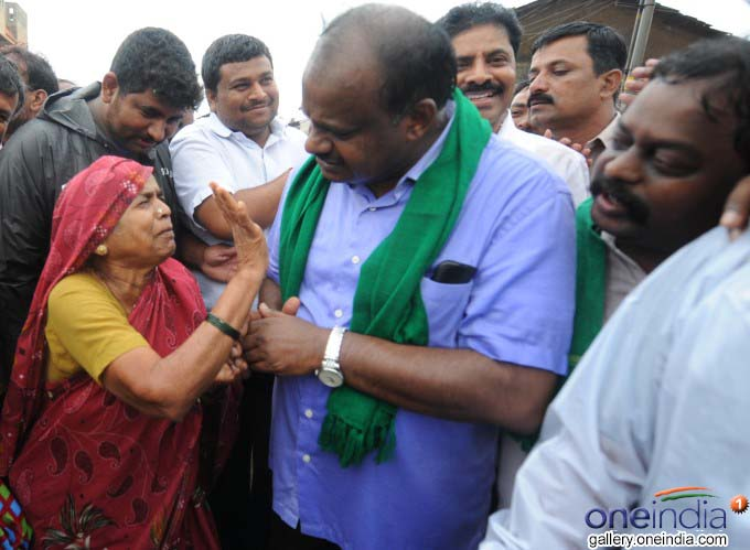 CM Kumaraswamy break his security to meet his fans