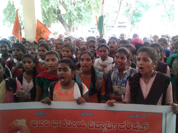 Students were protest in hiriyur on tuesday