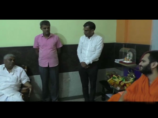 minister hd revanna met nanjavadhootha swamiji at late night
