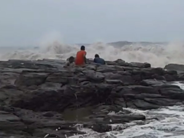 Three young men fortunately escaped from sea waves