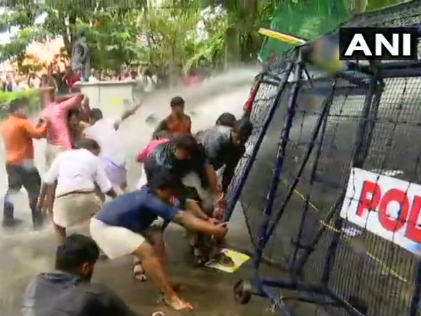 BJP Youth Wing workers protest demanding a ban on PFI and SDPI in Kerala