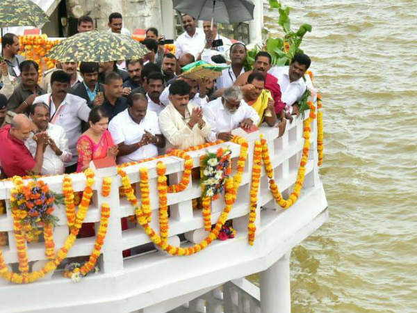 Kumaraswamy offers bagina to KRS reservoir