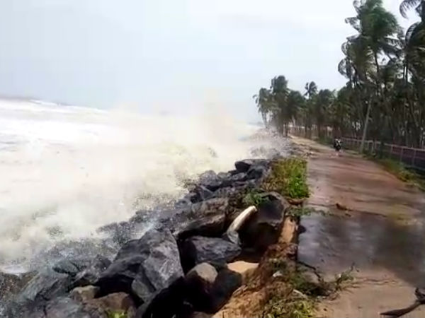 Sea waves are causing fear to coastal people
