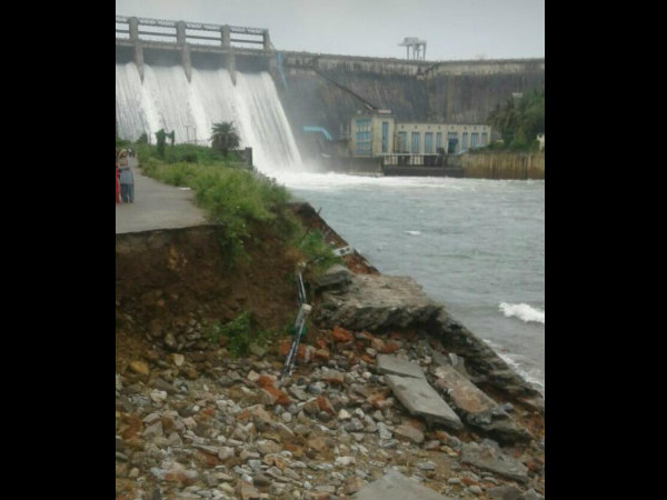 Barrier of the Bhadra river has collapsed