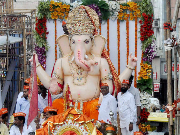 a person who came collect money for Ganesh chaturthy stabbed a resident in Yellhanka