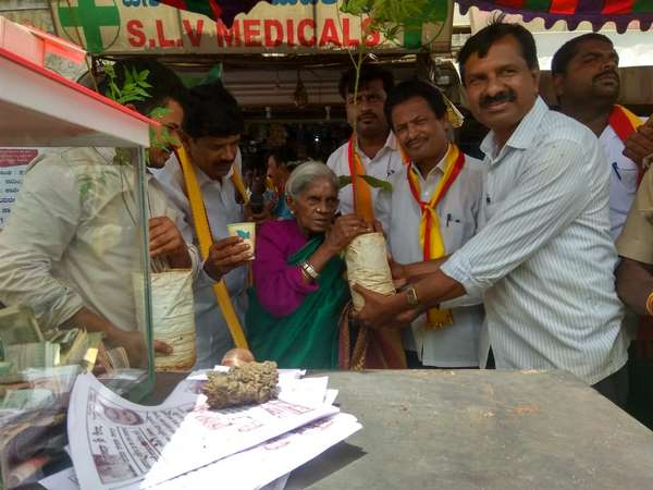 Saalumarada Thimmakka has collected donations to kodagu flood victims
