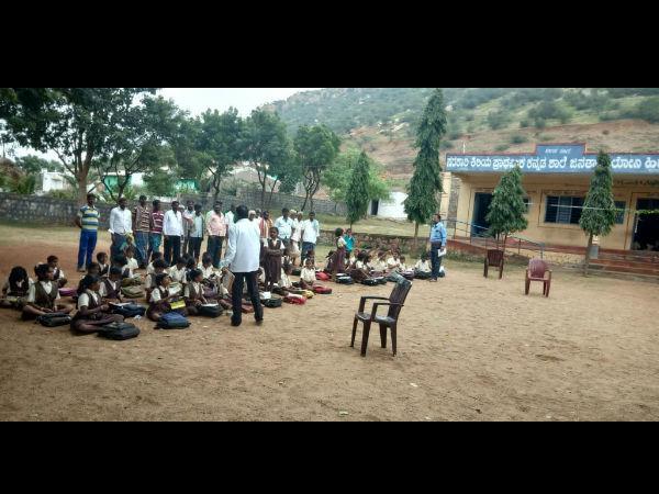 ಬೆಳಗಾವಿ: ಬಯಲಲ್ಲಿ ಕೂತು ಪಾಠ ಕೇಳುತ್ತಿರುವ ಸರ್ಕಾರಿ ಶಾಲೆ ಮಕ್ಕಳು