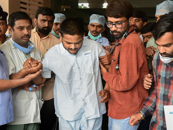 Hardik Patel discharged from hospital, continues hunger strike