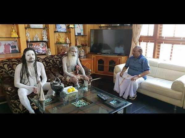 ಕೆ.ಎಸ್.ಈಶ್ವರಪ್ಪ ನಿವಾಸಕ್ಕೆ ನಾಗಾಸಾಧುಗಳ ಭೇಟಿ