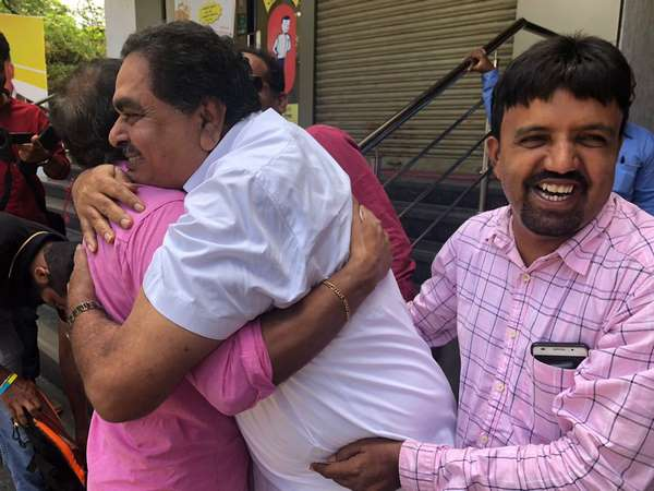 Ramanath Rai Hugged Journalist for support Bharth Bandh