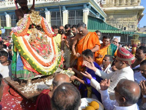 ಚಾಮುಂಡಿಬೆಟ್ಟದಲ್ಲಿ ಜನಸಾಗರದ ನಡುವೆ ಅದ್ದೂರಿಯಾಗಿ ನಡೆದ ಶ್ರೀ ಚಾಮುಂಡೇಶ್ವರಿ ಮಹಾರಥೋತ್ಸವ