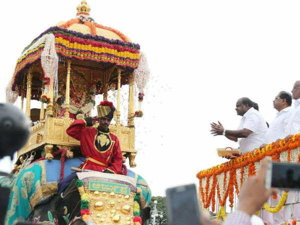 ಮೈಸೂರು ದಸರಾ: ಅದ್ಧೂರಿ ಜಂಬೂಸವಾರಿ ಕಣ್ ತುಂಬಿಕೊಂಡ ಜನ ಸಾಗರ