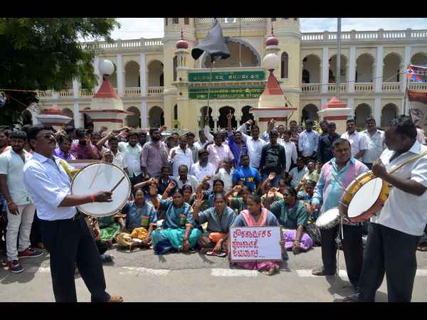 Protest of the civil workers in Mysore continue