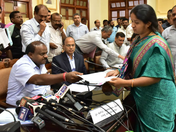 CM Kumaraswamy extended financial help to women, who was lost her husband