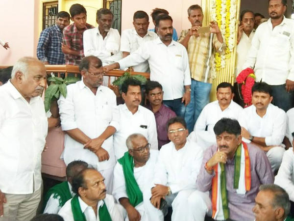 DK Shivakumar talked to farmers who were protesting in Belgavi
