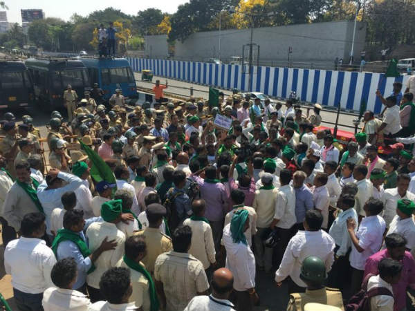 Farmers protest in Bengaluru over price fixation