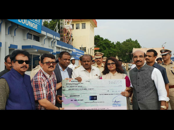 Indians In Qatar Handover Rs 15 Lakh To Kumaraswamy For Kodagu Floods
