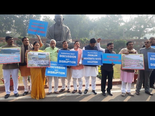 Karnataka mps protested against tamil nadu over mekedatu project issue at parliament gandhi statue