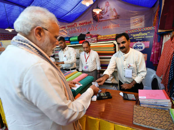 Viral video: PM Modi busy in shopping at Ahmedabad