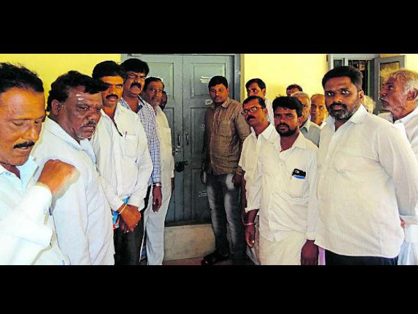 ಭತ್ತ ಖರೀದಿ ಕೇಂದ್ರ ವಿಳಂಬ:ತಿ.ನರಸೀಪುರದಲ್ಲಿ ಬೀಗ ಜಡಿದು ಪ್ರತಿಭಟಿಸಿದ ರೈತರು