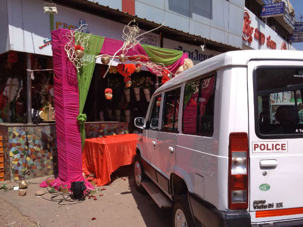 Activists of Bajrang Dal attacked on flower bouquets shop