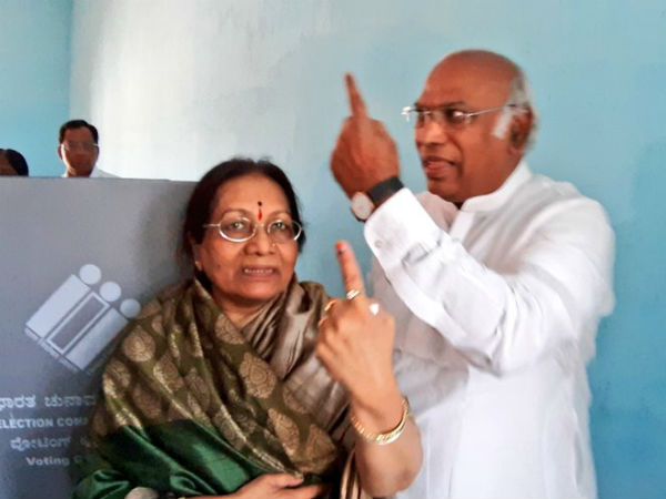 Mallikarjun Kharge cast their vote at Kalaburgi