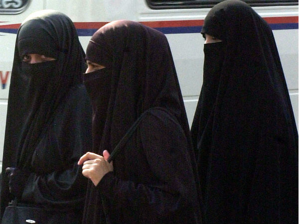 Sri Lanka bans burqas for public protection after bomb attacks
